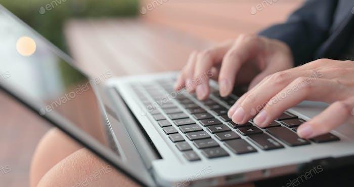 Geschäftsfrau Typ auf Notebook-Computer