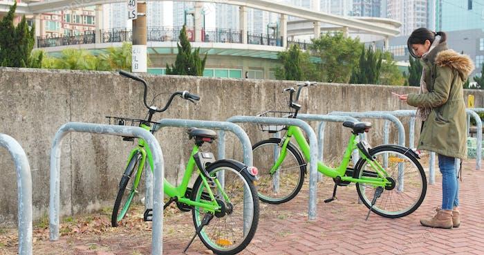 Frau mit Share-Fahrrad in der Stadt