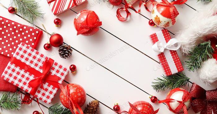Bordüre von Weihnachtsgeschenken und Dekorationen