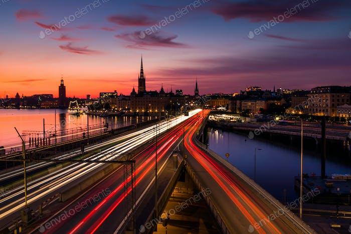 Malerische Ansicht von alten Gebäuden und Autoverkehr an der Brücke Stockholm, Schweden