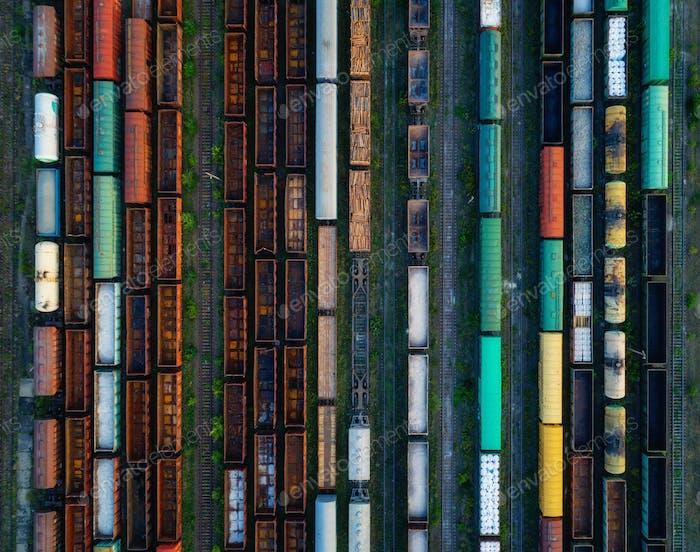 Luftaufnahme von bunten Güterzügen