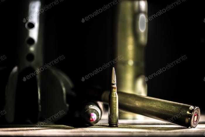 Waffen, Patrone auf Holzuntergrund