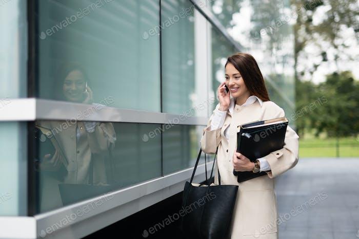 Erfolgreiche glückliche Geschäftsfrau im freien