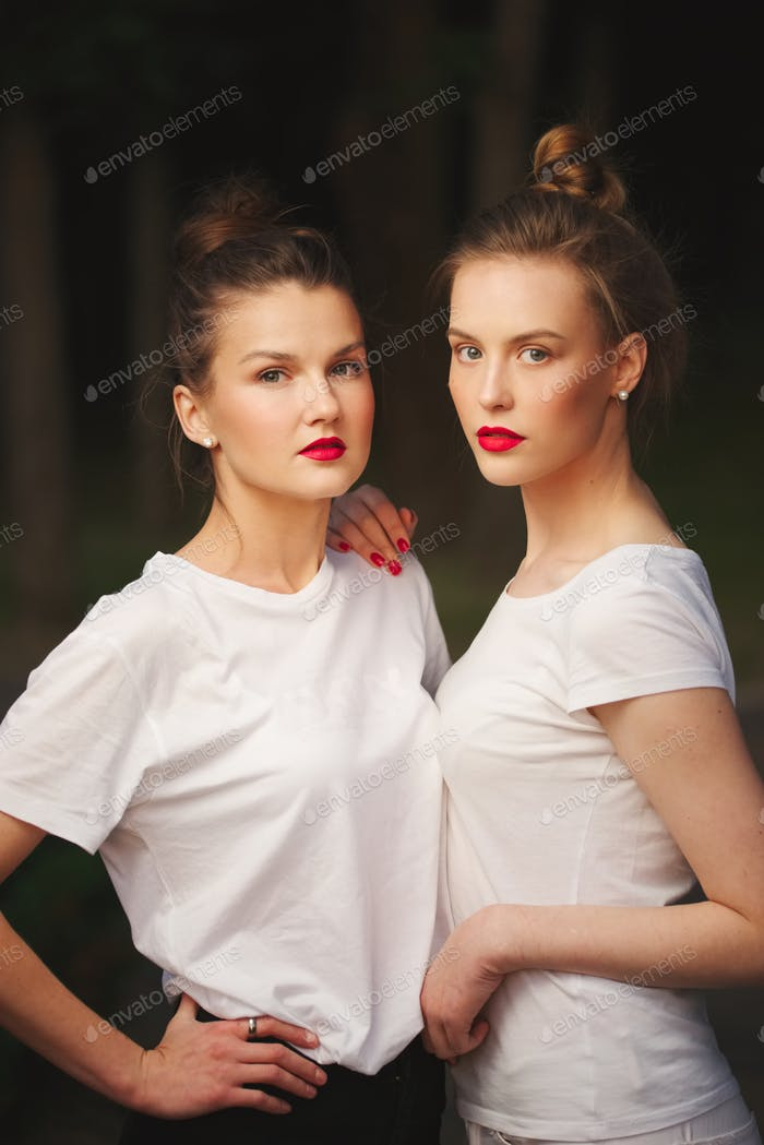 zwei schöne Mädchen mit roten Lippen