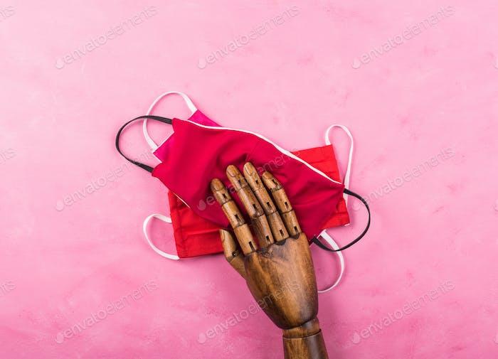 Máscaras rojas sobre fondo rosa. Coronavirus
