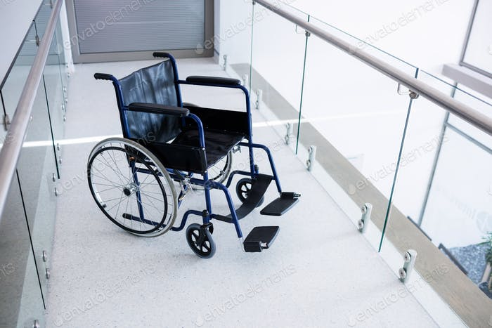 Leerer Rollstuhl im Durchgang