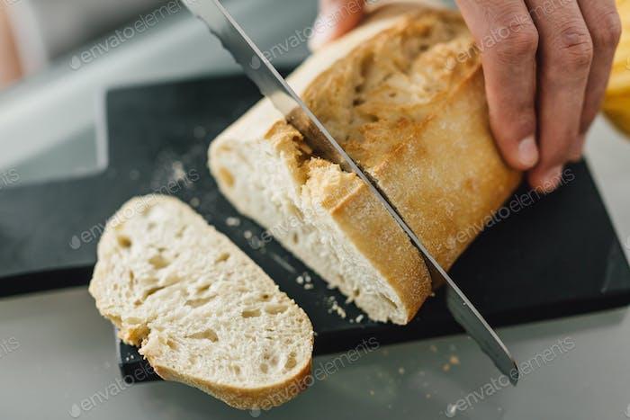 Chefkoch schneidet frisches italienisches Brot