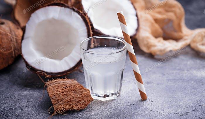 Frisches, natürliches, gesundes Kokoswasser.