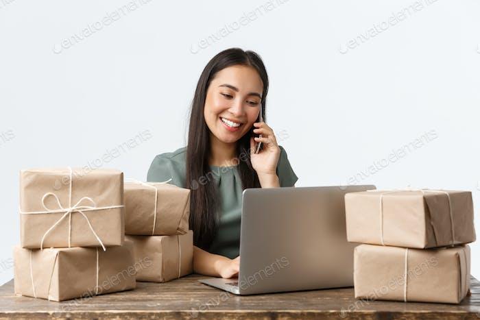 Kleinunternehmer, Startup und E-Commerce-Konzept. Lächelnder asiatischer weiblicher Shop-Manager