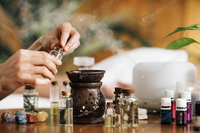 Ayurveda-Aromatherapie-Massage, Einfüllen von Aromaöl in Ätherisches Öl Diffusor