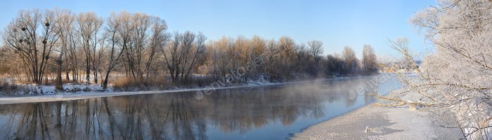 Schönes malerisches Panorama des Quellflusses