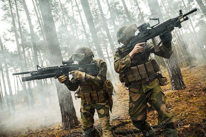 norwegische Soldaten im Wald