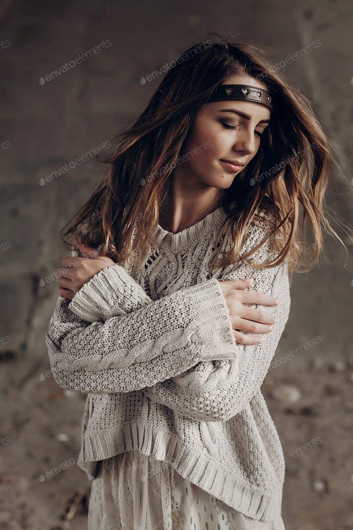 Sinnliche Brünette Frau in stilvollen Hipster Kleidung posiert im Freien mit Lederhaarband