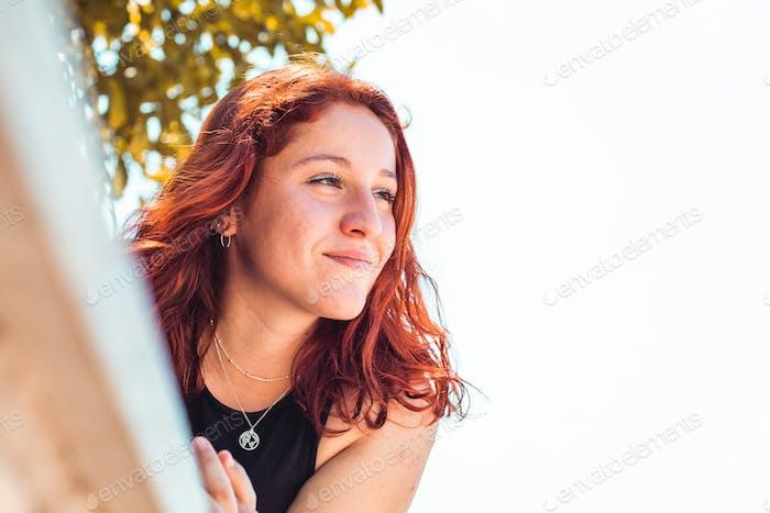 Glückliche rothaarige Mädchen in einem Park, Nahaufnahme Schuss