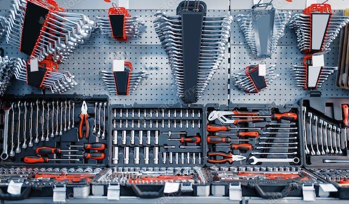 Werkzeugkästen und Kits in Werkzeugladen Nahaufnahme, niemand