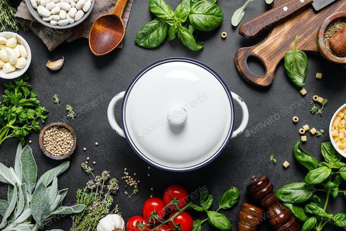 Kulinarischer Hintergrund mit Zutaten zum Kochen, Kräutern und Gewürzen