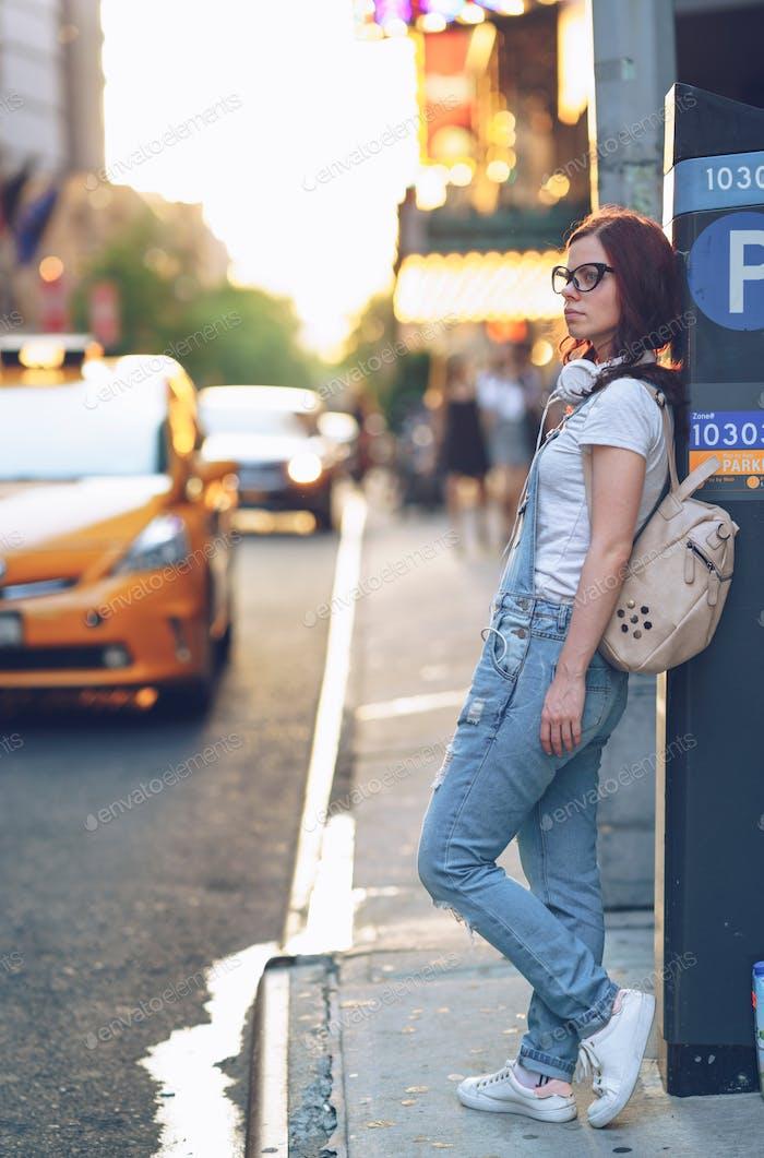 Chica joven en la ciudad