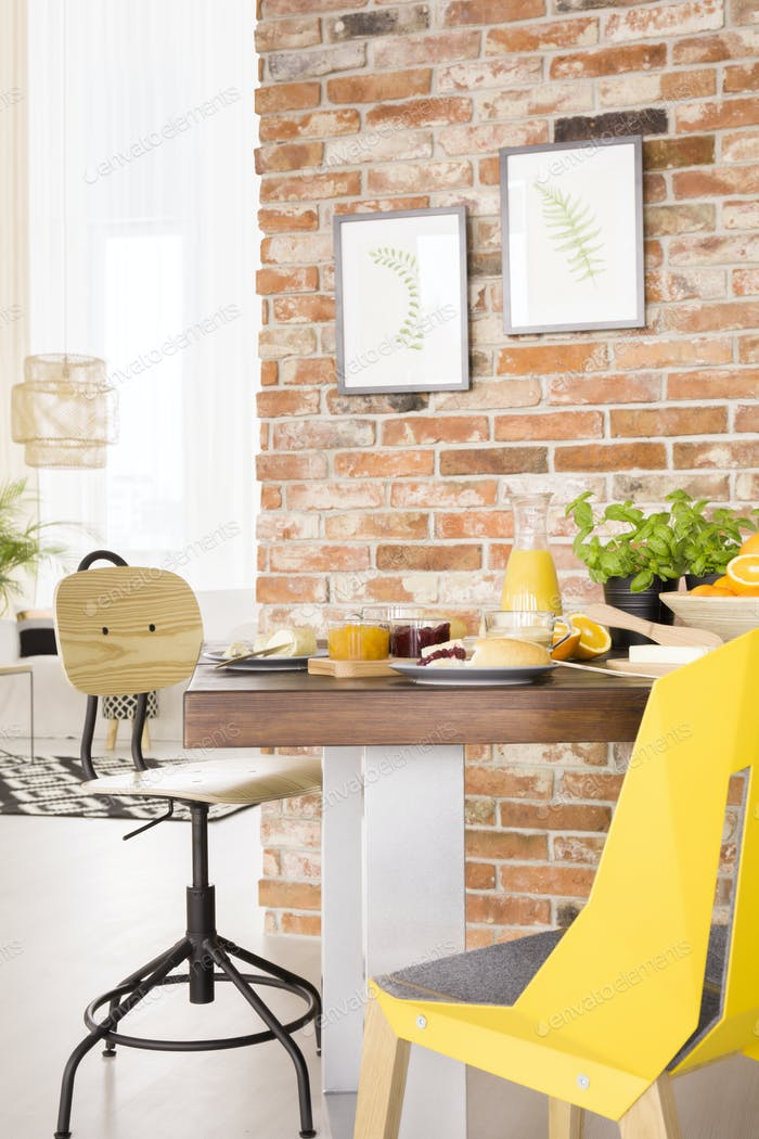 Деревянный стол в комнате