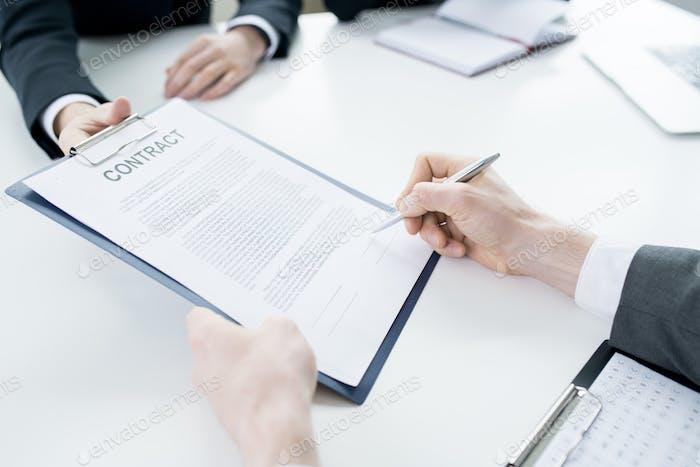 Unerkennbarer Geschäftsmann Unterzeichner Vertrag
