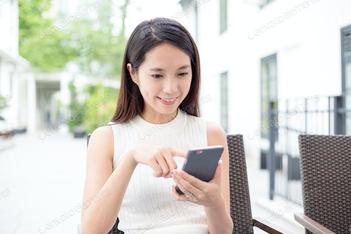 Frau surft im Internet auf dem Handy