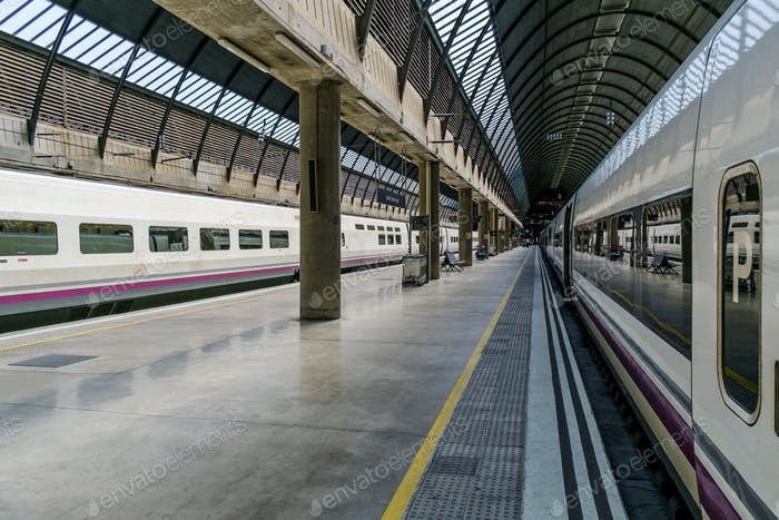 Zug im städtischen Bahnhof