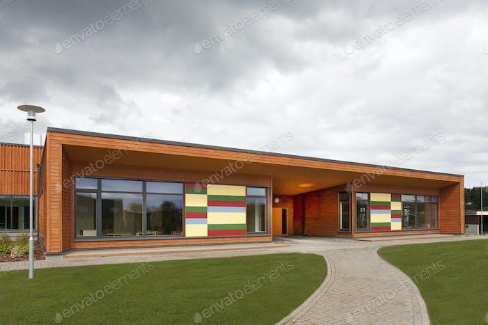 Vorderer Eingang zu einer Grundschule