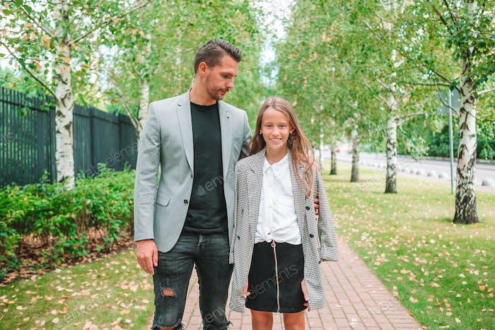 Vater und niedliche Tochter im Freien im Herbst