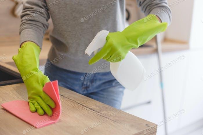 Nahaufnahme Frau Reinigung Küche mit Reinigungsmittel Spray und Tuch.