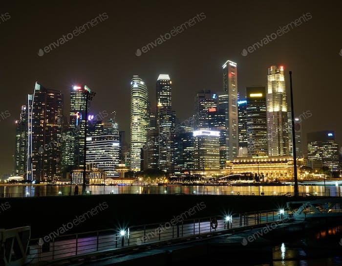 Городской пейзаж Сингапура ночью.