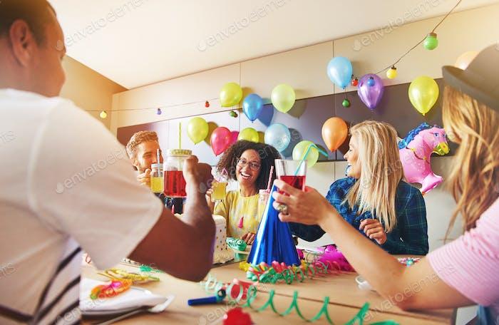 Mitarbeiter lachen während einer Geburtstagsfeier
