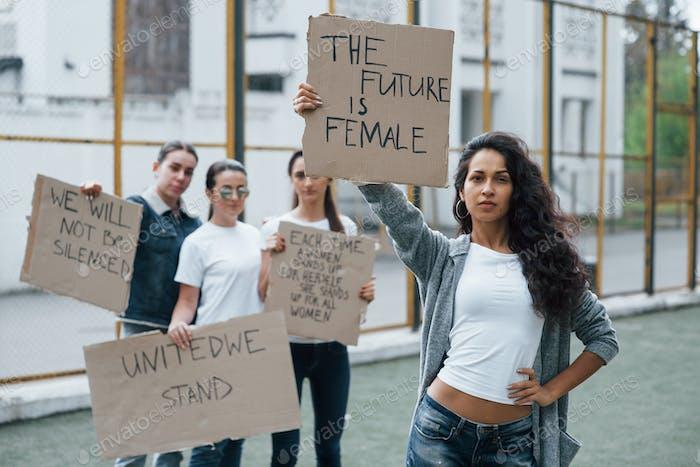 Unidad de las personas. Grupo de mujeres feministas protestan por sus derechos al aire libre