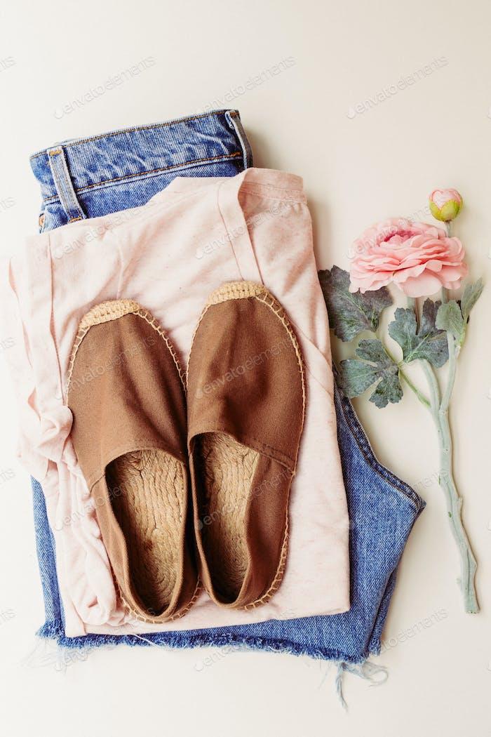 Ropa ideal para trajes de verano: una camisa, jeans, zapatos. Vista desde arriba.