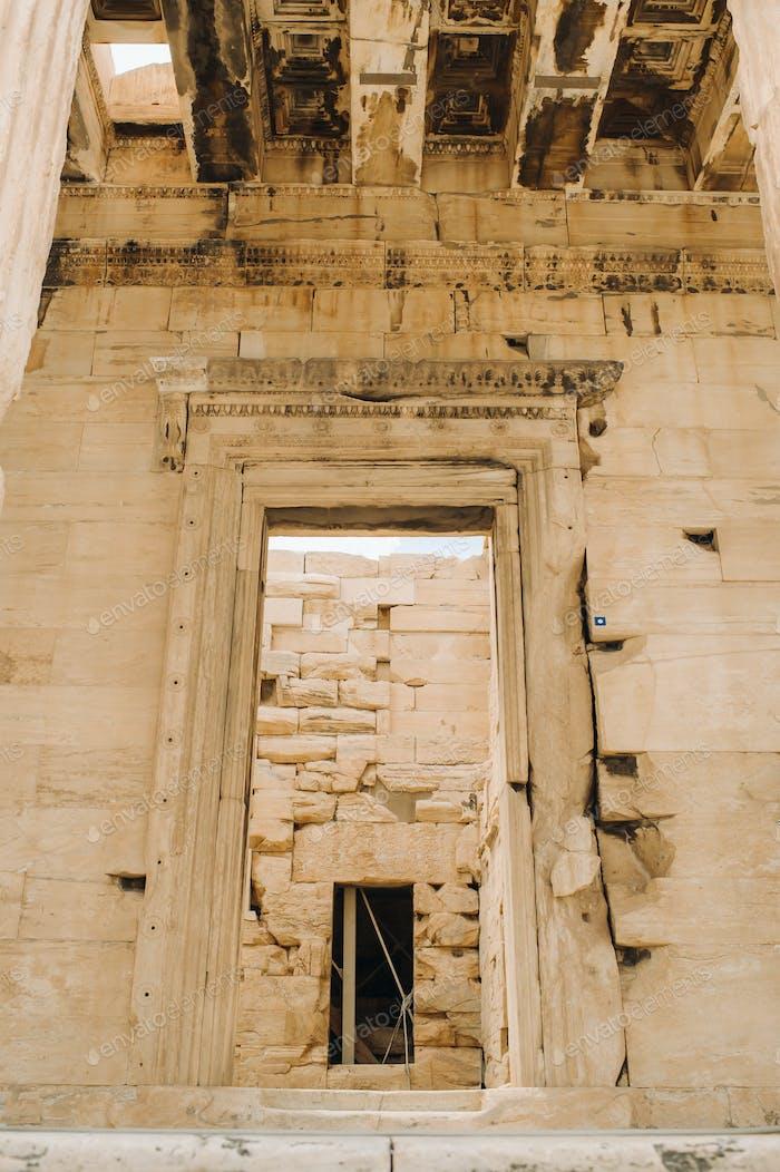 Antike griechische Ruinen von Propyläa auf einem Gipfel des Akropolishügels in Athen. Akropolis - Haupttourist