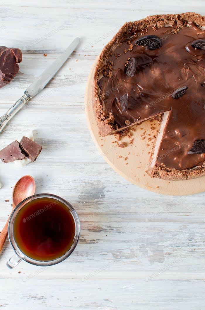 Schokoladen-Käsekuchen und eine Tasse Kaffee