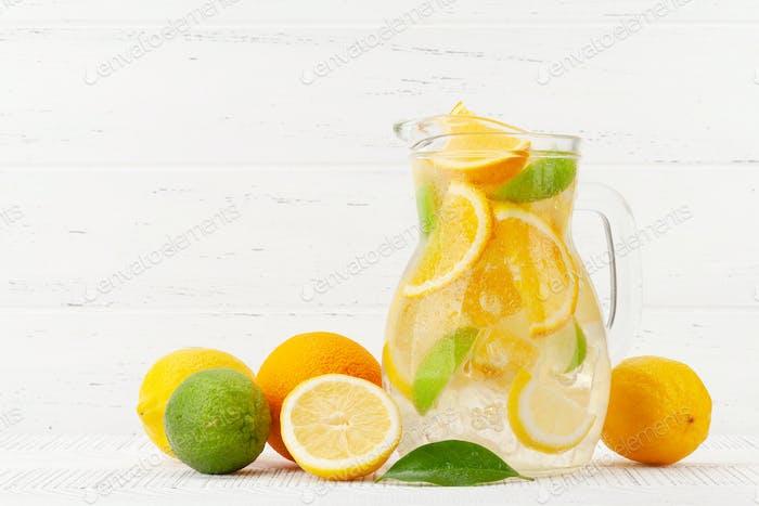 Jarra de vidrio de limonada fresca