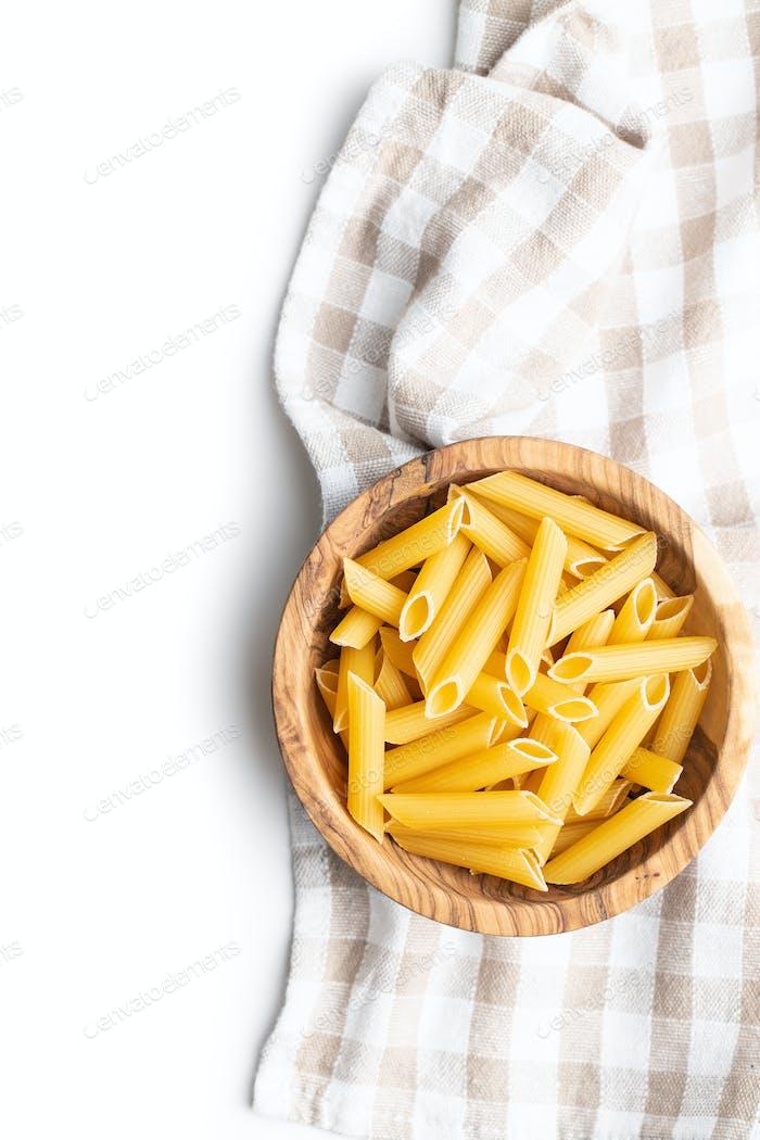 Ungekochte Penne Pasta. Getrocknete italienische Pasta