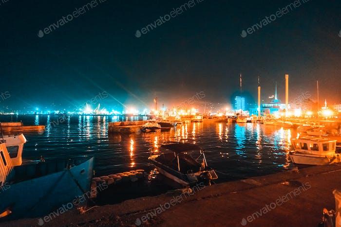 Die Boote stehen über Nacht am Pier