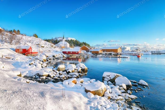 Tolle Winterlandschaft des Dorfes Moskenes mit Fährhafen und berühmter Moskenes Pfarrei Churc