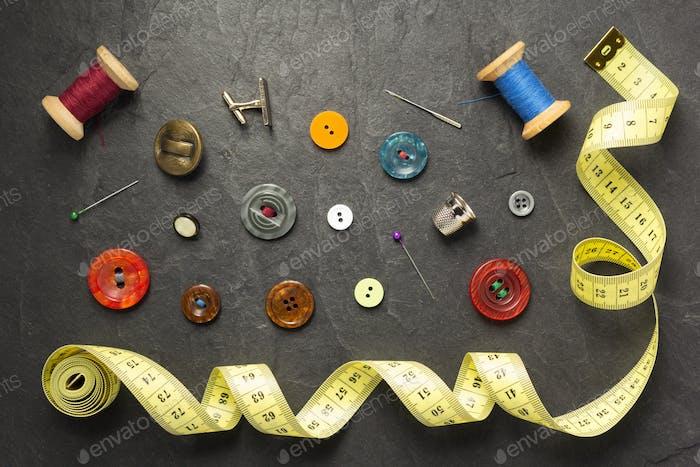 Nähwerkzeuge und Zubehör auf Schieferstein