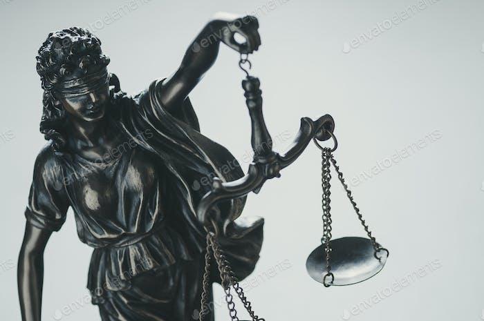 Statue der Gerechtigkeit mit Schuppen
