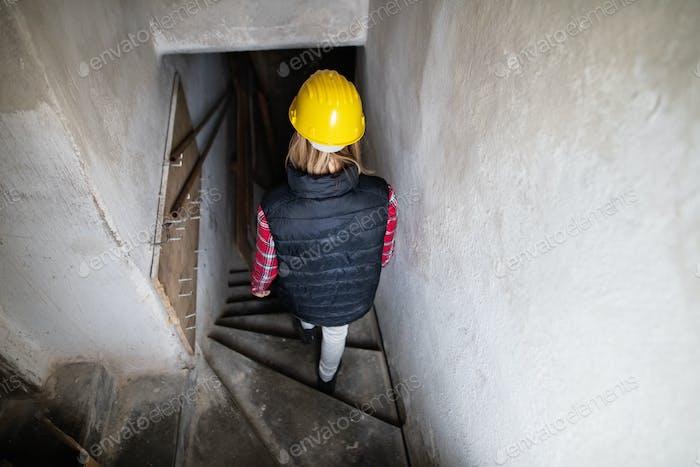 Junge Arbeiterin auf der Baustelle.