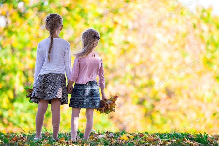 Kleine entzückende Mädchen im freien bei warmen Herbsttag