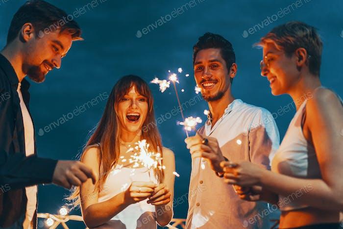 Freunde genießen eine Dachterrasse Party