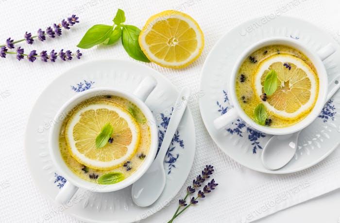 Avgolemono - köstliches griechisches Hühnerei und Zitronensuppe