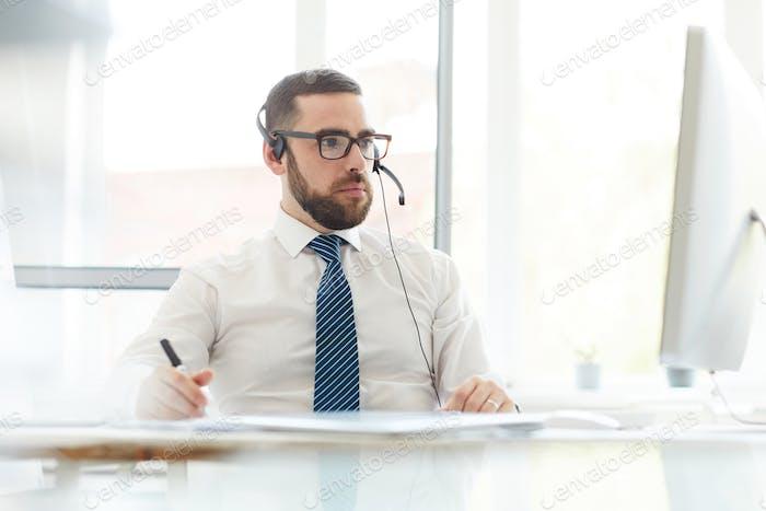 Busy Tech Support Manager Beratung zu Website-Problemen