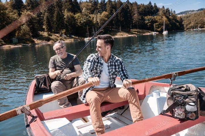Dos hombres que pasan tiempo juntos en el lago