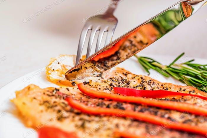 Comer filete de Pescado asado con verduras cerca