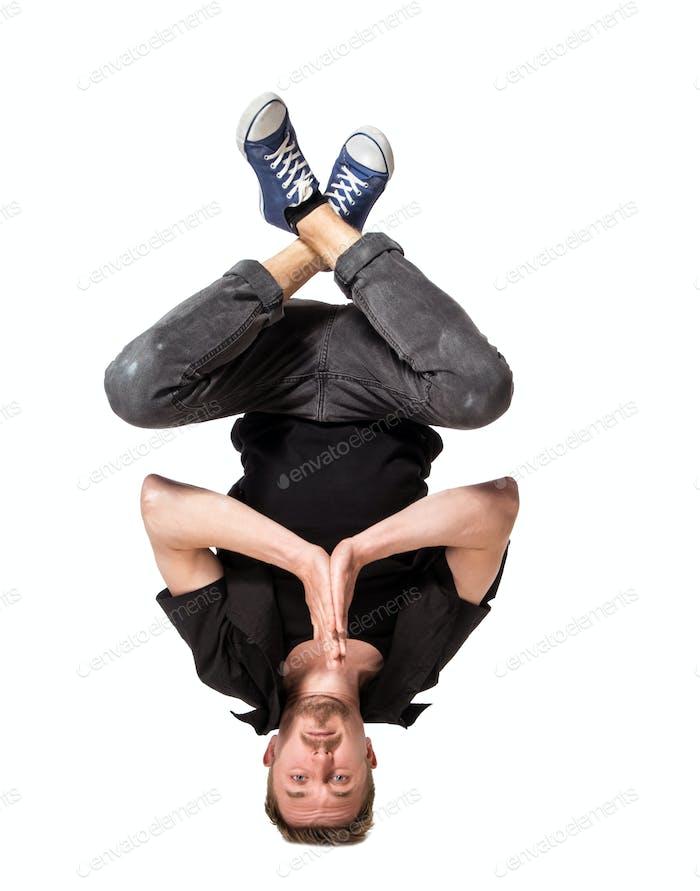 junge gut aussehende frische Mann breakdance auf weißem Hintergrund