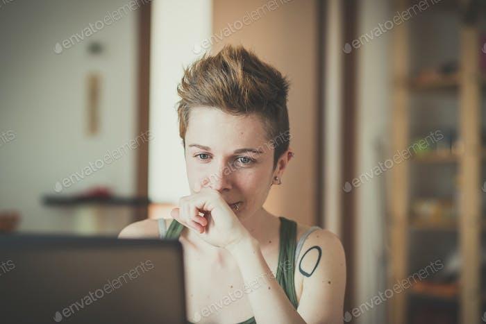 junge Lesben stilvolle Frisur Frau mit Notebook