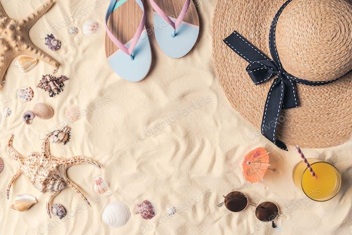Летние туристические объекты на светлом песке